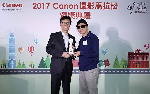 圖六、挑戰組銀獎得主許志豪先生(右)將可參加 2018 香港Canon攝影馬拉松比賽,切磋交流。