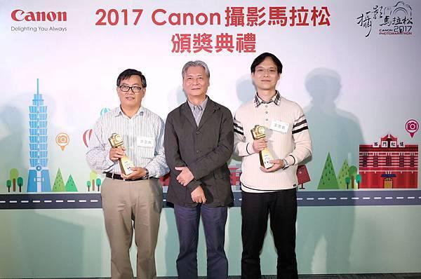 圖七、今年新賽制首度開放創意組,歡迎所有品牌的攝影玩家一同挑戰,創意組美好周末金獎得主許正雄(左一),而創意組古今之美金獎得主是王昱凱(右一)。