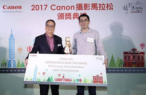 圖五、本屆挑戰組金獎得主林宏叡先生(右),使用EOS 6D 參加Canon攝影馬拉松比賽,初次參賽便獲得挑戰組金獎殊榮,並將代表台灣參加 2018 Canon PhotoMarathon ASIA Championship 亞洲盃競賽。