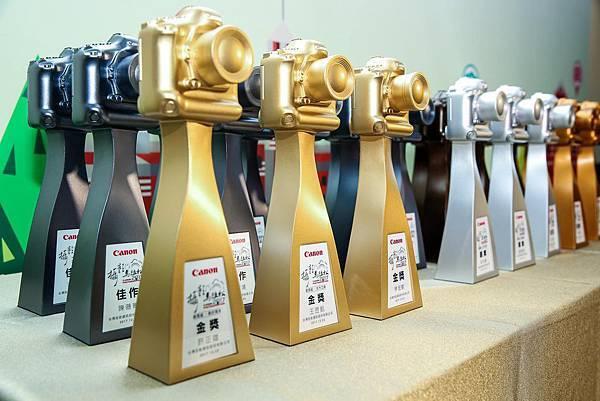圖八、Canon 獨家設計的「EOS相機造型」獎座,精美的設計及修長的握柄,讓每位得獎者愛不釋手。