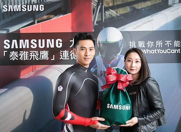 新聞照片2 - 無舵雪橇選手連德安與台灣三星電子公關經理吳姿瑩