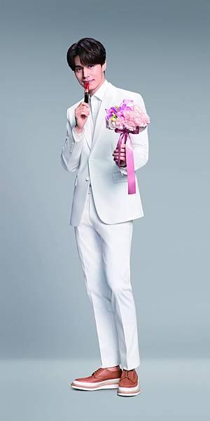 李棟旭身穿白色西裝 為粉絲獻上鮮花_娛樂
