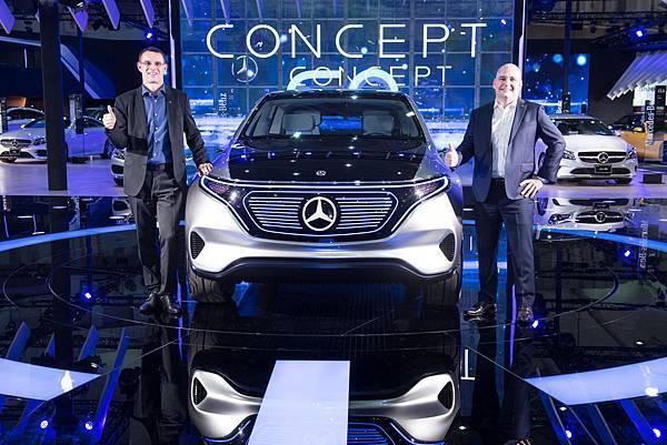 Mercedes-Benz 秉持「The Best or Nothing」的品牌精神,持續以突破傳統的前瞻思維引領車壇向前邁進,(左) 台灣賓士總裁邁爾肯先生、(右) 台灣賓士轎車暨行銷部副總裁何睿思先生