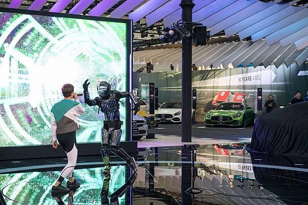 台灣賓士於【2018世界新車大展】開展記者會由《Pixelman》表演藝術家帶來結合前衛科技、街舞、電子樂、聲光技術的絢麗開場