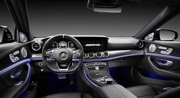 AMG E 63 4MATIC+的性能元素,也完整的於座艙內展現,在最頂級的質感中,傳遞AMG綜合車壇半世紀的熱血與駕馭激情