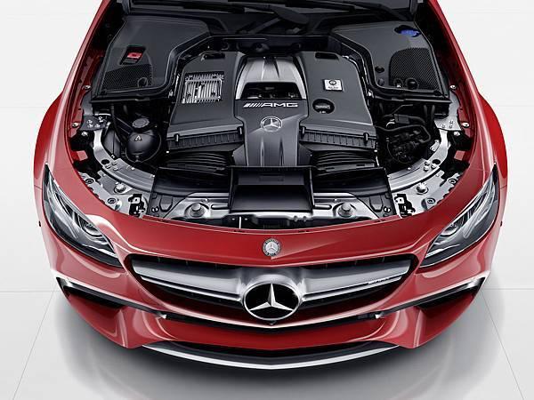 Mercedes-AMG E 63 4MATIC+搭載與當家性能跑車AMG GT師出同源的4.0升雙渦輪增壓V8汽油引擎,具備571hp750Nm輸出實力,僅僅3.5秒就可從靜止加速至100kmh