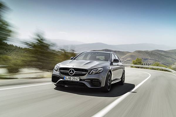 Mercedes-AMG E 63 4MATIC+的強悍性能,從外觀就能展現不凡及狂傲的嗜路氣勢