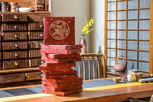 【新聞圖片4】無二的「福貴糕」不僅命名象徵福氣、富貴,包裝更是講究!外盒上特別加上一個大福字,象徵著「提福到你家」的好兆頭;而背面則為貴字,代表「富貴跟著來」的好運氣