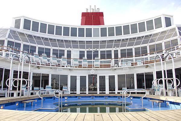 雙子星號泳池,雙子星號配備兩個成人泳池、一個兒童泳池和露天按摩浴池