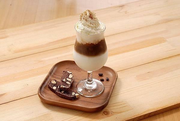 日本奶霜焦糖拿鐵(冰) 由清爽的北海道奶霜與香醇的焦糖海鹽奶霜風味咖啡融合,搭配亞尼克經典手工餅乾,營造豐厚迷人風味 (圖片提供:亞尼克)