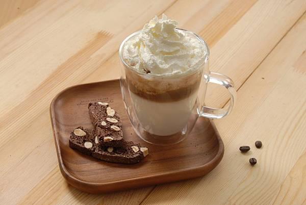 日本奶霜拿鐵(熱) 將亞尼克生乳捲的獨特奶霜風味與香醇的拿鐵完美融合,打造豐厚迷人的奶霜風味咖啡 (圖片提供:亞尼克)