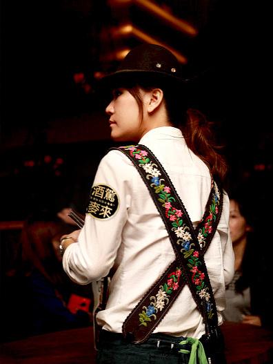金色三麥餐廳服務人員配戴有「酒駕麥來」臂章,搭配反酒駕口說宣導,溫馨提醒消費者。