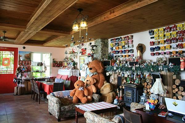 圖五:清境白熊民宿從沙發、壁爐、到桌上的小燈飾,都透露著歐洲鄉野的氛圍