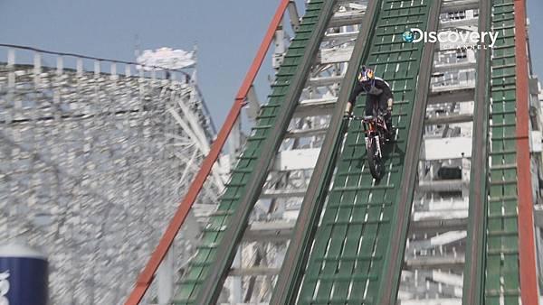 法國車手在雲霄飛車的軌道上挑戰騎越野車
