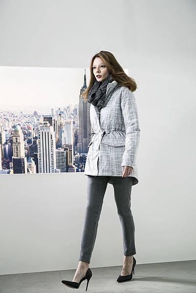 Model穿搭照-女士印花防水羽絨短大衣