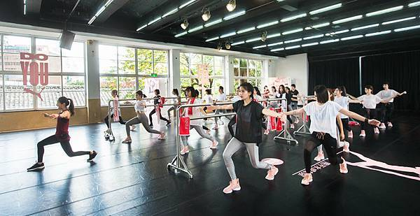 2.DO YOU 女力課程聚集逾30位藝人及知名部落客,身著成套最新PUMA EN POINTE 女力運動勁裝及鞋款,一起揮灑粉紅色汗水