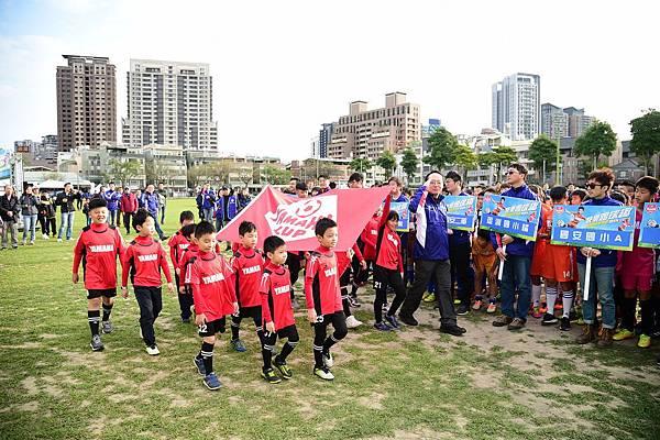 台灣山葉機車自組小小足球隊,超萌擔任今年會旗進場工作