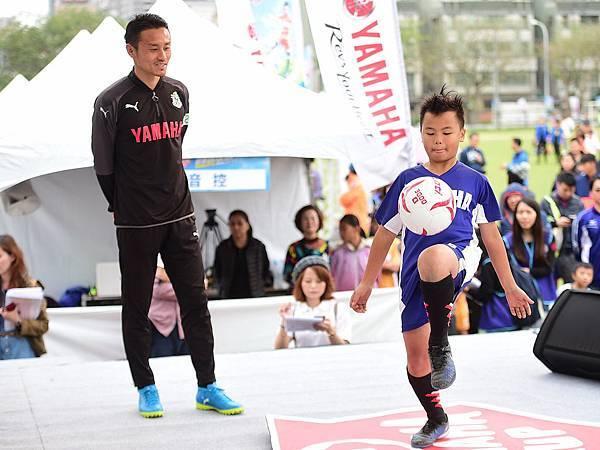 首次來台的Jubilo藤井貴教練和在地冰炫風小球員組隊進行挑球遊戲