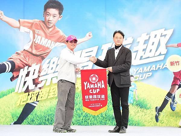 中華足協感謝台灣山葉機車長期支持國內兒童足球致贈感謝錦旗與武田真二總經理(右)