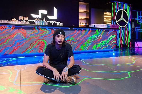壁畫創作者紀人豪耗費三天時間,進駐MercedesBenz概念館,用螢光漆作畫打造最炫麗落幕秀