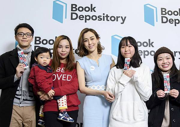藝人 范瑋琪與在bookdepo.com上購書之民眾合影並致贈簽名書籤