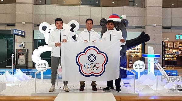 由左至右為「體壇新星」江俊弘、冬奧選手連德安爸爸、「體壇新星」楊仕勛
