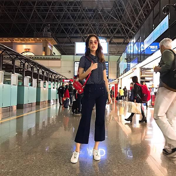 陳庭妮摩登又俏麗的造型現身機場,準備前往紐約觀賞Michael Kors Collection 2018秋冬時裝秀 (1)