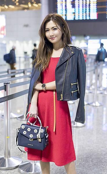Selina現身機場前往紐約觀賞Michael Kors Collection 2018秋季時裝秀 (4)