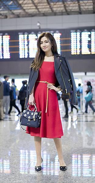 Selina現身機場前往紐約觀賞Michael Kors Collection 2018秋季時裝秀 (2)