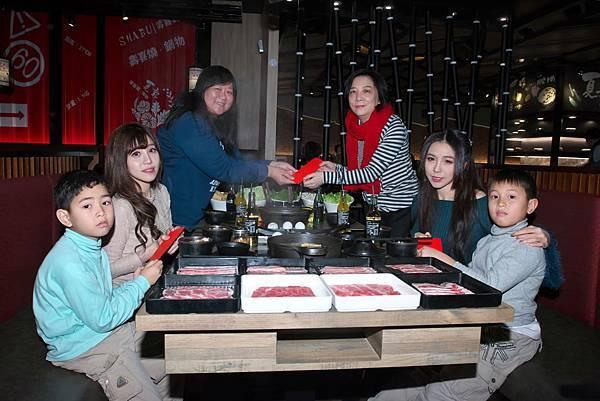 右上-紅心字會秘書長李顯文+右中-麗絲+左上-小朋友媽媽+左中-小彩