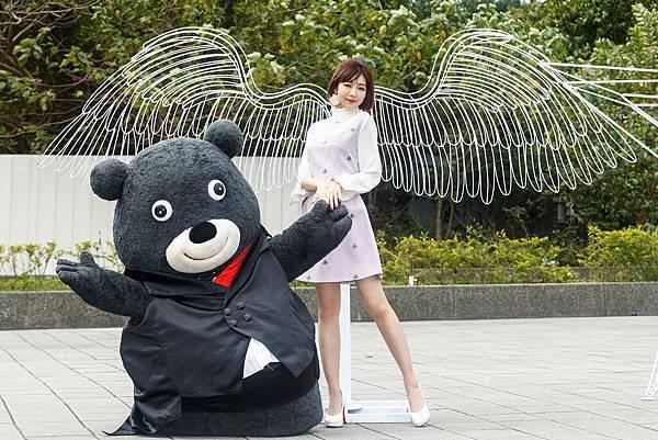 情人節將至,可愛熊讚在臺北燈節現場向林明禎示愛