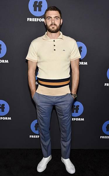 亞歷士 羅(Alex Roe)在美國版《七夜怪譚》嶄露頭角,以針織Polo衫搭配萬寶龍Meisterstuck Heritage大師傑作傳承系列自動腕錶