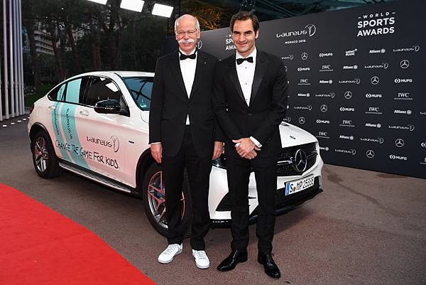 Daimler戴姆勒集團總裁Dieter Zetsche(左)與瑞士網球名將Roger Federer(右)在勞倫斯體育頒獎典禮合影