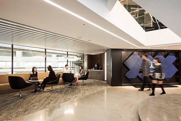 大革新後的辦公室採用開放辦公區,全面拆除傳統隔間,使整體空間更為流通寬廣