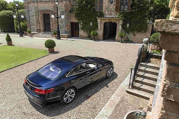 2014年,代號 C217 的 S-Class Coupe 車型正式在台銷售後,以前所未有的實力表現,完美演繹了「性能之巔 絕美之藝」形象
