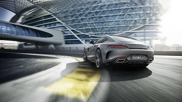 AMG GT C採用寬體車尾設計,搭配多樣套件選擇,讓車主可依自身個性風格,裝扮出最獨一無二的AMG GT C極速形體