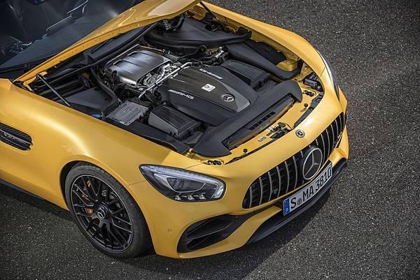 AMG GT C性能表現出色,搭載代號M178的AMG 4.0L V8雙渦輪增壓汽油引擎,可發揮高達557hp最大馬力