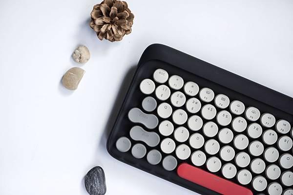 Lofree 鍵盤(冬季款)力求復刻打字機的手感與視覺美感