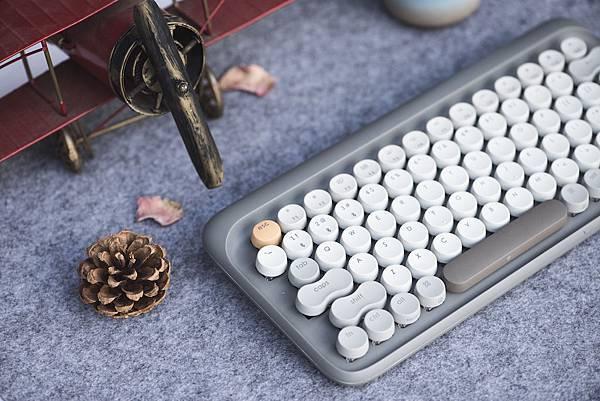 Lofree 鍵盤(秋季款)力求復刻打字機的手感與視覺美感