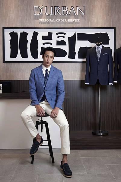4. 模特兒萬子豪身著J-Quality系列無結構西裝外套搭配千鳥紋背心與白色休閒褲