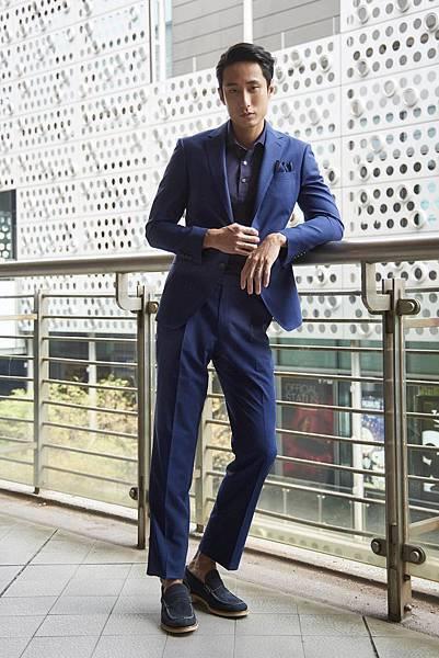 2. 模特兒萬子豪身著深藍色Monsoon系列成套西裝搭配Polo上衣