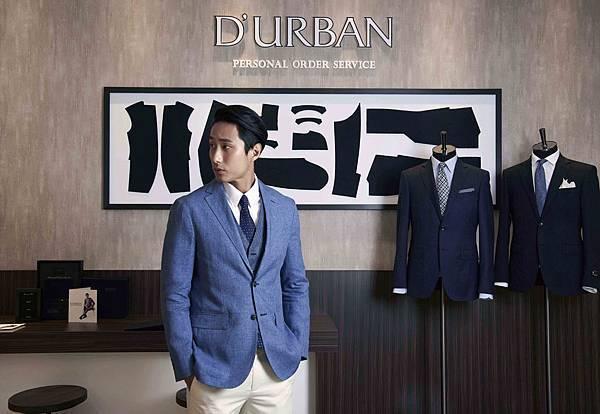 3. 模特兒萬子豪身著J-Quality系列無結構西裝外套搭配千鳥紋背心與白色休閒褲