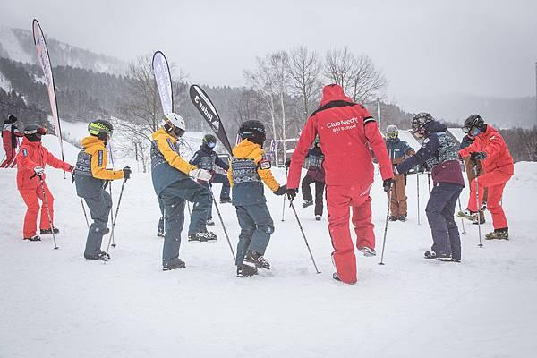 _08-Club Med Ski School台灣教練 William Wang(右三)共同協助本次培訓。
