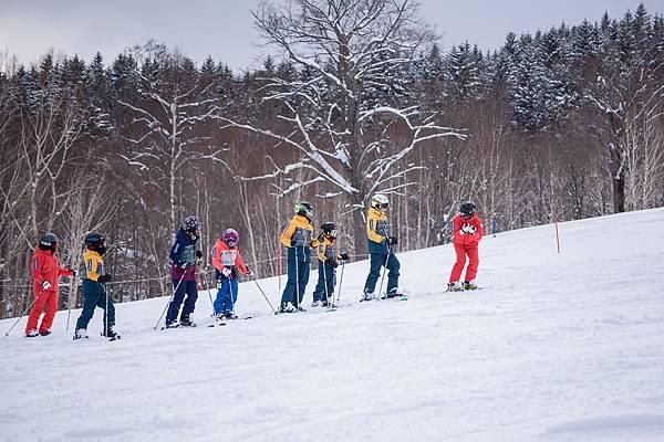 _06-中華民國滑雪滑草協會莊教練(右一),與鄒教練(左一),一前一後指導培訓選手滑雪技巧。