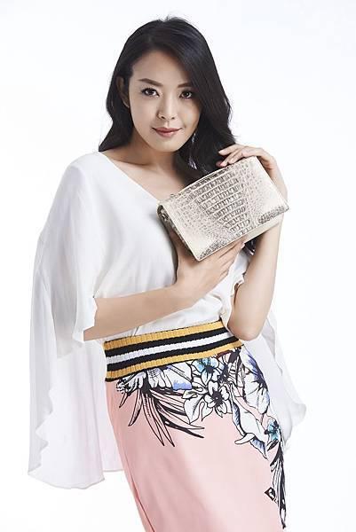 圖3_伊林名模李培毓身穿時尚印花設計服搭配aBoutmi復古典雅肩背手拿鱷魚方包 尊榮白