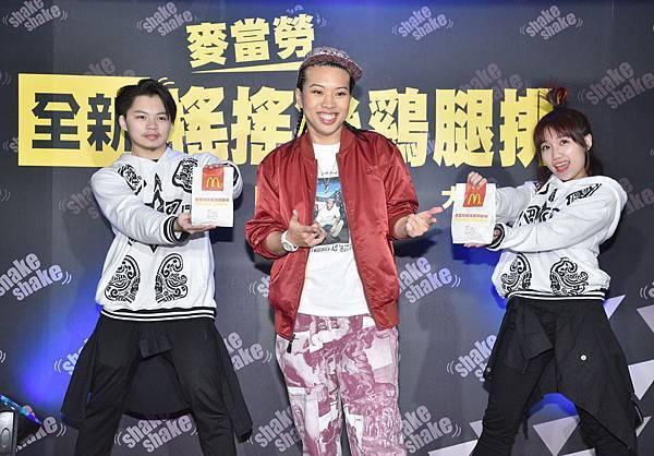 1.台灣麥當勞28日推出全新「搖搖樂系列」,邀請嘻哈皇后葛仲珊擔任代言人,並現身記者會首度發表獻唱,讓全場氣氛high到最高點,隨著主題歌shake it up!