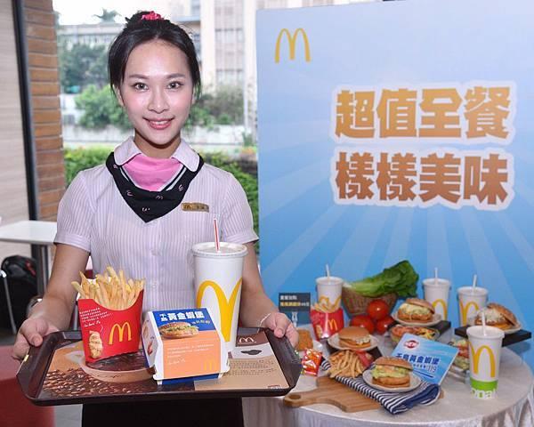 4.麥當勞「千島黃金蝦堡」好評回歸!明(28)日起正式加入主餐菜單,每一口都有蝦、天天吃得到!