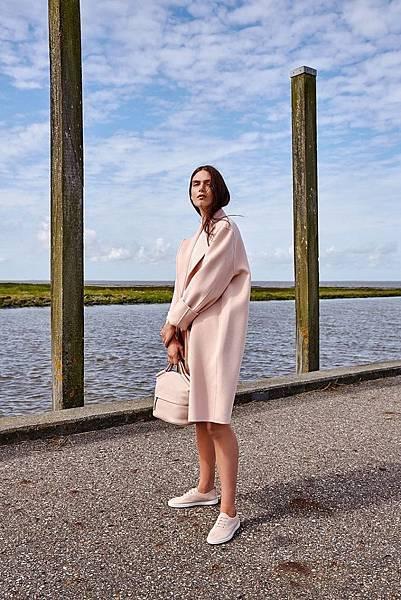 【新聞稿圖片5】ECCO LEISURE櫻花粉色女鞋X SP 2 MEDIUM DOCTORS BAG柔和色系穿搭充滿春季風采
