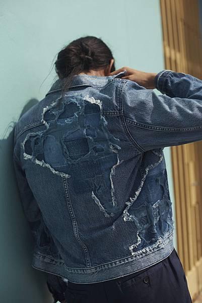 日本製的Type III丹寧夾克結合絞染靛藍補丁及解構丹寧,呈現衝浪好手乘風破浪的生活