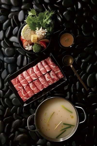 「豚骨高湯鍋」將新鮮蔬菜放入鍋中,再放進特選豬大骨,慢火熬煮3至4小時,熬出濃郁豚骨香的豚骨高湯。(圖片提供-龍石鍋物)